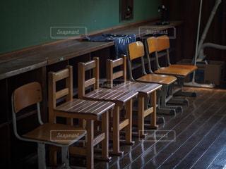 教室に並ぶ木製の椅子の写真・画像素材[2116990]