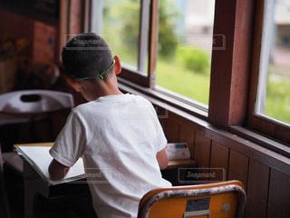 小学校で勉強中の少年の写真・画像素材[2116995]