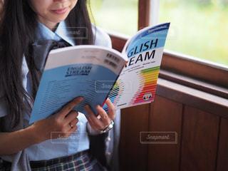 英語を勉強中の女子高生の写真・画像素材[2116996]