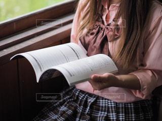 教室の窓際で勉強する女子高生の写真・画像素材[2116998]