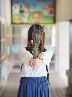 花を手渡す女性の写真・画像素材[2117082]