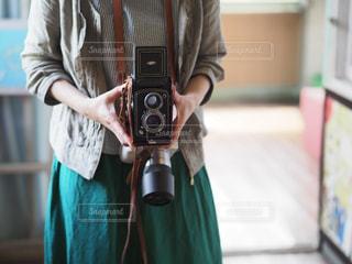 二眼レフを構えるカメラ女子の写真・画像素材[2117185]