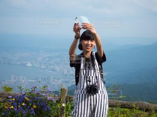 自撮りをするカメラ女子の写真・画像素材[2142994]