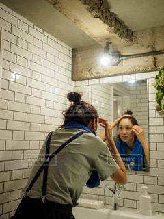 洗面所で朝の支度をする女性の写真・画像素材[2189018]