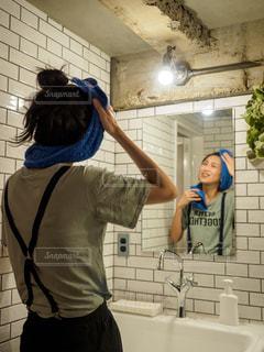 洗面所で顔を洗う女性の写真・画像素材[2189019]