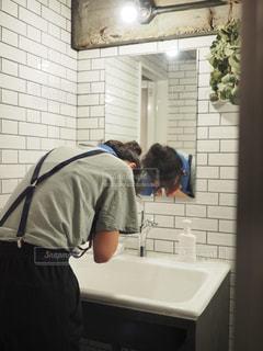 洗面所で顔を洗う女性の写真・画像素材[2189020]