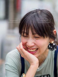 頬杖をついて笑う女性の写真・画像素材[2189076]