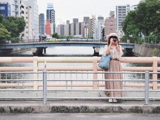 橋の上でカメラを構える女性の写真・画像素材[2209238]