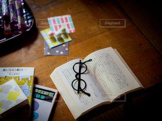 テーブルの上にある読みかけの本の写真・画像素材[2282474]
