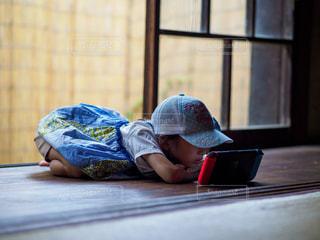 実家の縁側でくつろぐ小学生の女の子の写真・画像素材[2282481]