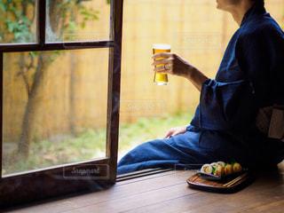 縁側でビール片手にくつろぐ浴衣姿の男性の写真・画像素材[2282494]