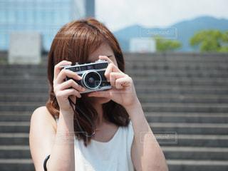 カメラを構えている女性の写真・画像素材[2337366]