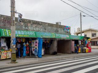 ひめゆりの塔前の民芸品店の写真・画像素材[2356543]