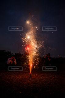 花火を撮る男性の写真・画像素材[2405917]
