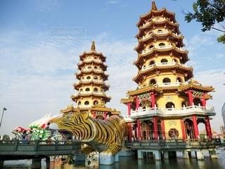 台湾高雄の龍虎塔の写真・画像素材[2495500]