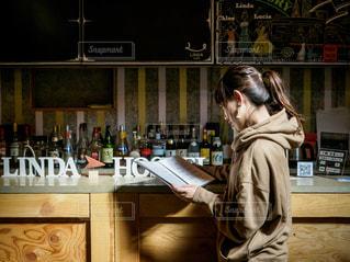 バーのカウンターで注文しようとする女性の写真・画像素材[2508096]