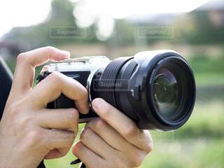 カメラを持っている人のクローズアップの写真・画像素材[3646116]