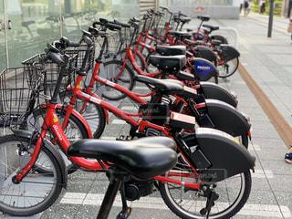 建物の脇に駐車した自転車の写真・画像素材[2327963]