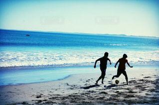 海辺でサッカーの写真・画像素材[1050019]