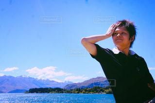 水の体の前に立っている男の写真・画像素材[1053757]