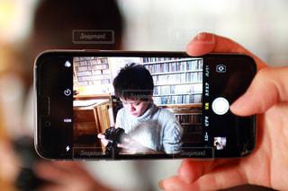 携帯越しの真剣の写真・画像素材[1066608]