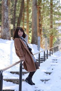 雪に覆われた森に立っている人の写真・画像素材[1066664]