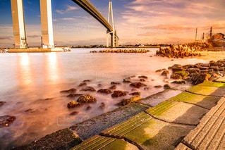 水の体の上の橋の写真・画像素材[1229485]