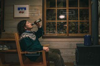 薪ストーブとクラフトビールの写真・画像素材[2804827]