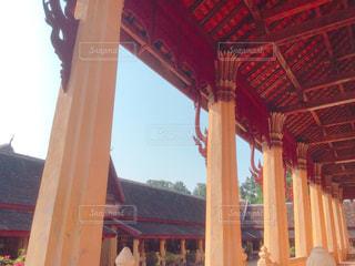 ラオスの寺院の回廊から見上げる屋根 - No.1051968