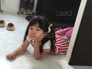 ベッドの上に座っている少女の写真・画像素材[1050575]