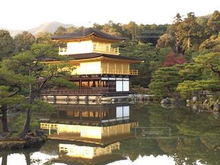 池に浮かぶ金閣寺の写真・画像素材[1050677]
