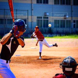 ボールにバットを振る野球選手の写真・画像素材[1050797]