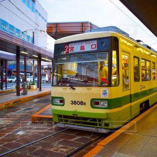 電車の駅で停止した路面電車の写真・画像素材[1050804]