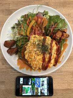 テーブルの上に食べ物のプレートの写真・画像素材[1066460]