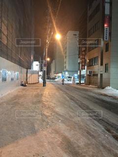 建物の側にフォーカスを持つストリート シーンの写真・画像素材[1067743]