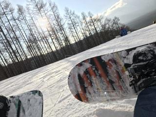 ランプを雪のボードに乗る人の写真・画像素材[1063480]