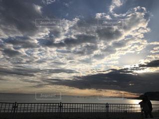 水の体に沈む夕日の写真・画像素材[1051729]