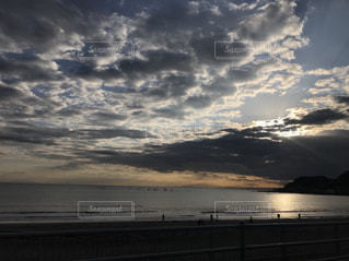 水の体に沈む夕日の写真・画像素材[1051732]
