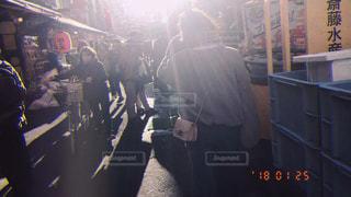 店の前に立っている男の写真・画像素材[1051892]