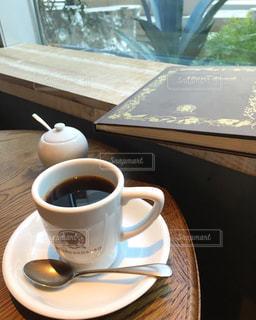テーブルの上のコーヒー カップ - No.1051315