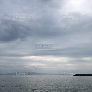 水体の空に雲の写真・画像素材[1053341]