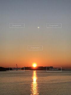 月と日の出の写真・画像素材[1054396]