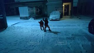 雪が降って喜ぶ兄妹の写真・画像素材[1052017]