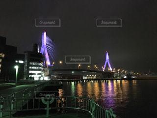 大きな橋が夜ライトアップの写真・画像素材[1052053]