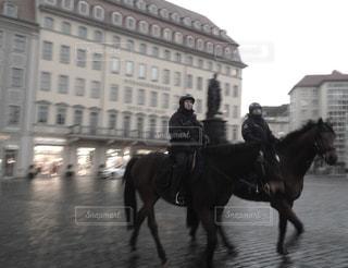 馬に乗る警察官の写真・画像素材[1054881]