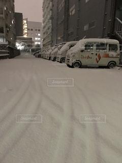 雪に埋もれる車の写真・画像素材[1056140]