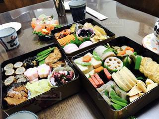 テーブルの上に食べ物の種類でいっぱいのボックスの写真・画像素材[1056223]