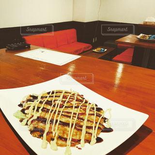 テーブルの上に食べ物のプレートの写真・画像素材[1062685]
