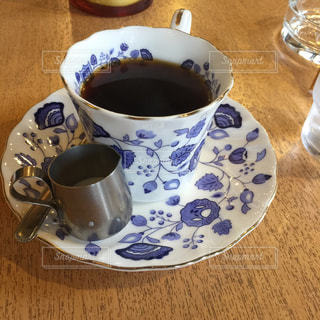 テーブルの上のコーヒー カップの写真・画像素材[1052434]