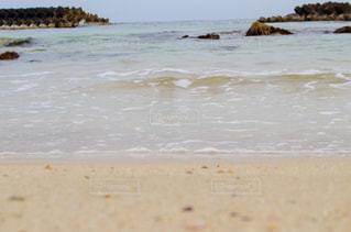 柔らかい波と砂浜の写真・画像素材[1053398]